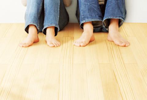 無垢の床に座る二人